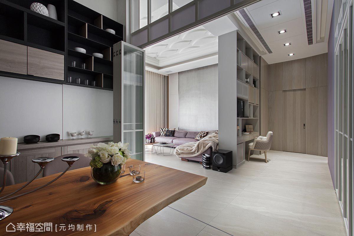 廊道與客廳中的造型牆,在背面設置了屋主日常所需的各式機能,包含安全監控設備、展示櫃與收納櫃、視聽音響機櫃...等等。