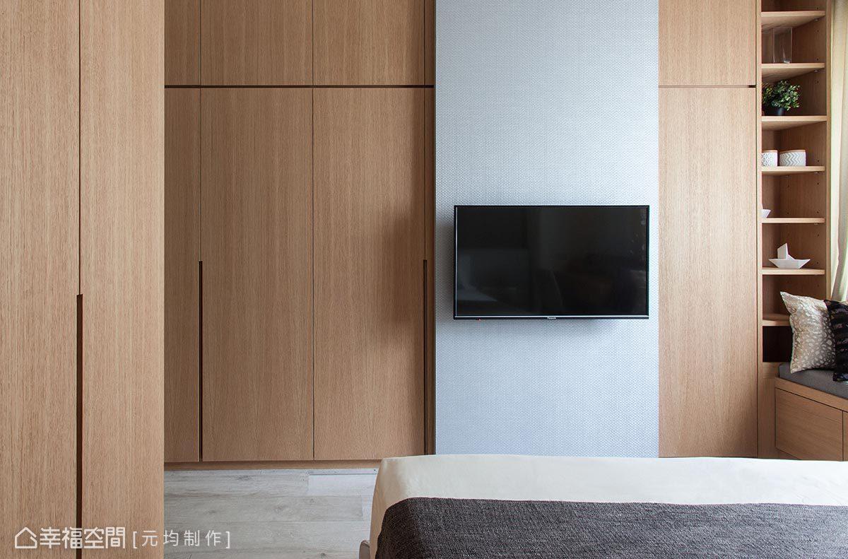 元均制作充分利用挑高優勢,櫃體也做成置頂型式,並將電視結合在拉門門片上,讓後方空間仍可做利用。