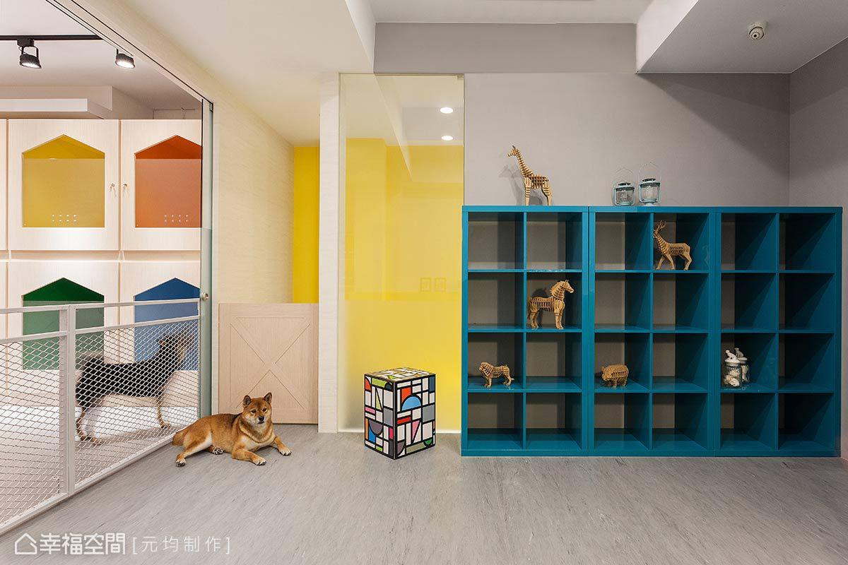 鮮明色調的開放式展示櫃,兼具美感與機能性,可以擺放寶貝們的小玩偶,讓他們來到這裡都是「好時光」。