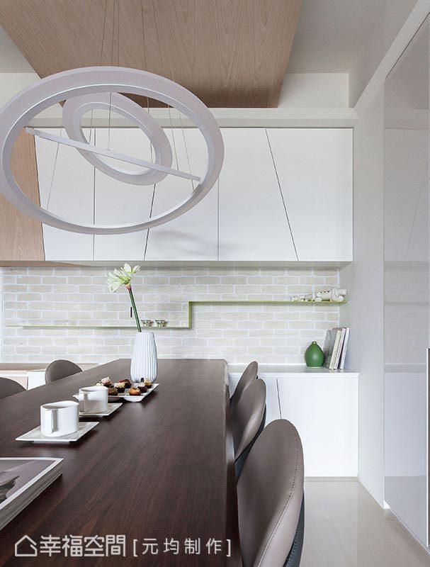 洋溢著現代時尚感的餐廳,以一盞造型吊燈讓氣氛更加到位;而後方的餐櫃部分,則以斜角線條與暗手把的設計呈現。