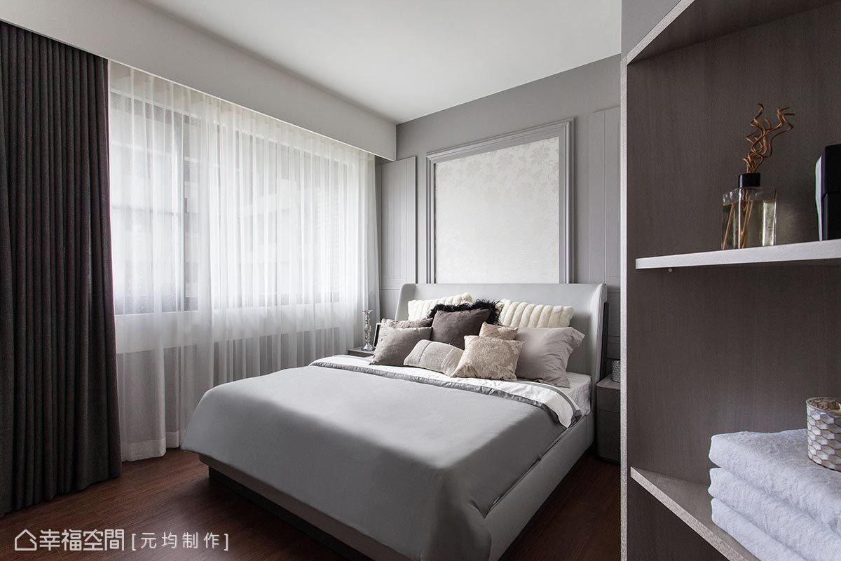 斜角的造型與設計元素,同樣使用在進入主臥房的展示層板,除了視線引導外,也化解轉角處產生的尖銳感。