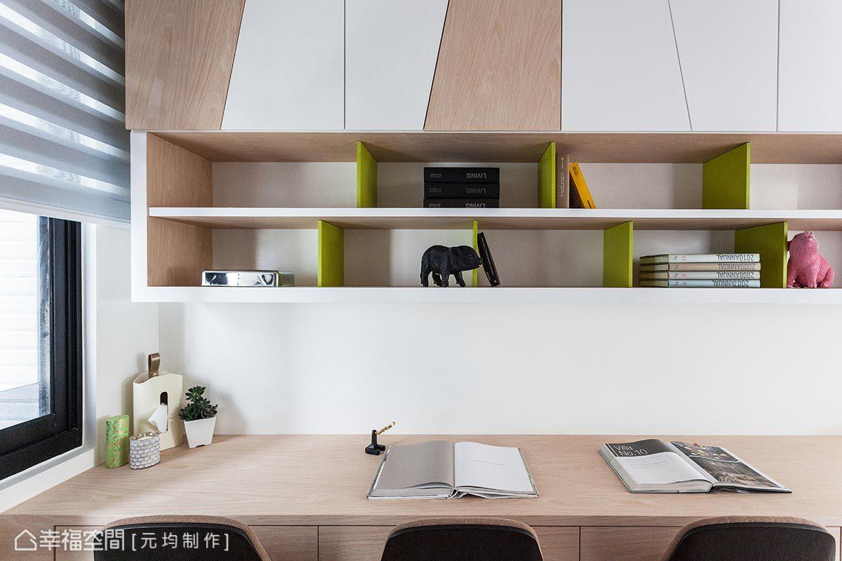 虛實表現表現書櫃設計,上層設計同樣運用斜角的元素、下層開放層板則透過跳色手法轉移櫃體的壓迫感。