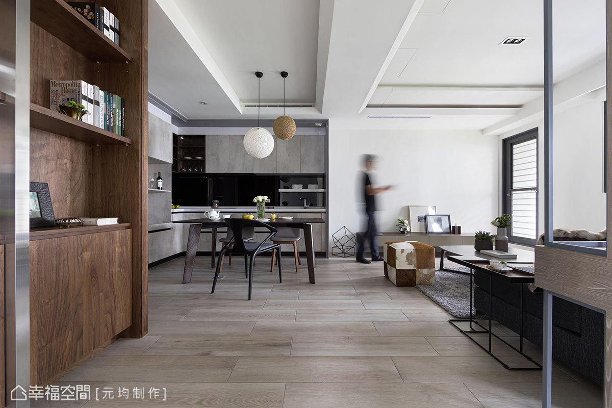溫潤的胡桃木與冷調性的鍍鈦板相結合,以材質平衡空間調性,提升場域視覺豐富感。