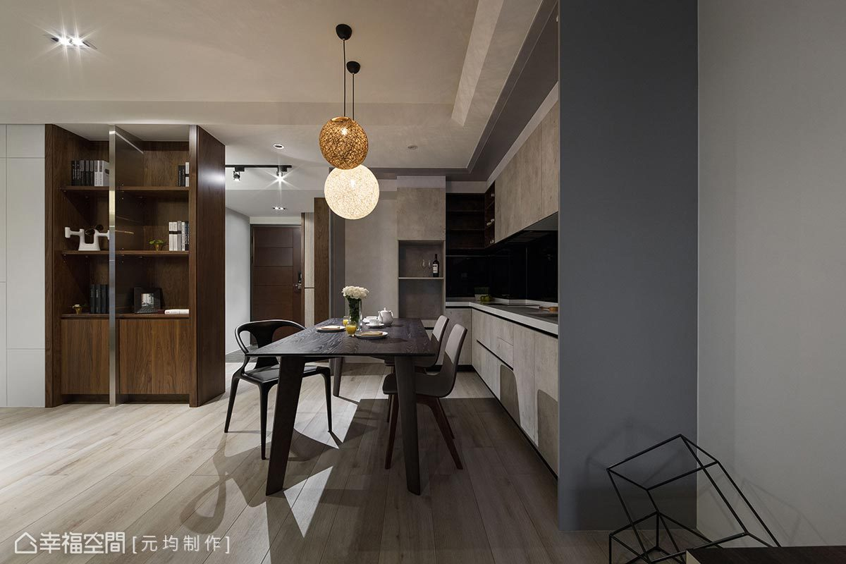 以木質語彙圍塑餐廚區,設計以紋路深淺相仿的木材營造空間層次感,豐富場域調性。