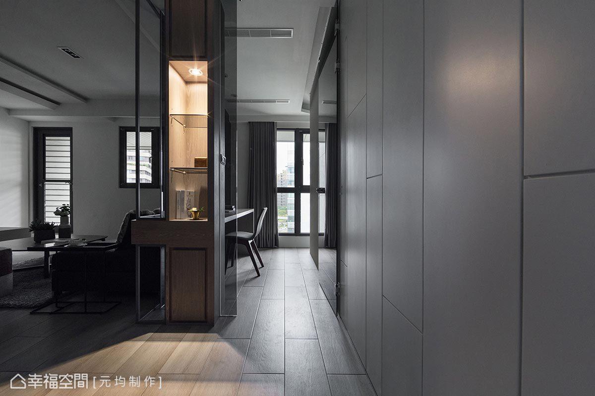 利用清玻於櫃體內部隔出展示空間,採燈光投射相搭襯,提升場域精緻度外,端景櫃更具區隔場域之用。