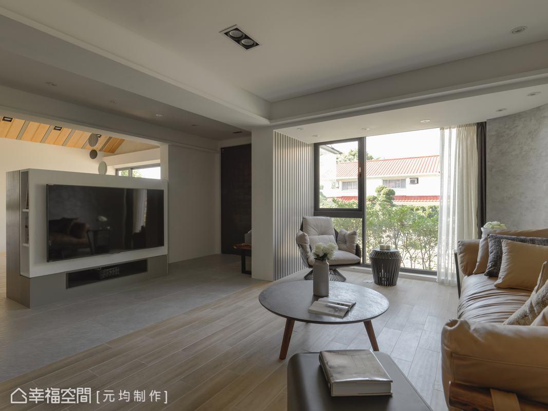 為了放大客廳使用空間,馬愷君設計師將電視櫃向後推,讓客廳空間不壓迫,光線也能更通透無阻。