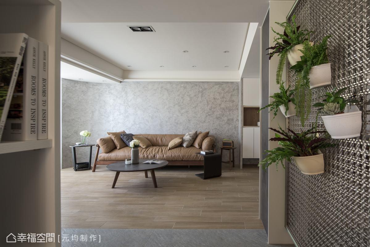 特別訂製的不鏽鋼編織造型格柵,不僅避免開門見門的情況,也可以隨意掛畫、掛植栽,隨時序更換不同端景。