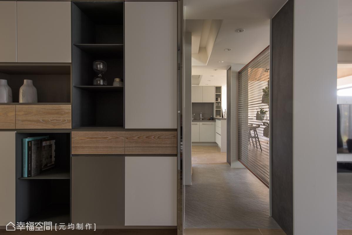 透過實木皮烤漆、木皮鐵件及亮面不銹鋼包框,異材質的拼接搭配懸浮櫃體,讓視覺上也不顯得笨重。