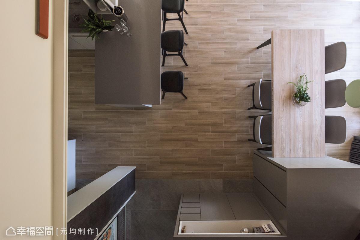 貫穿六個空間的電視櫃,在每一面都有不同的收納機能,而餐廚區此面為中島櫃,可以放電話或是餐具盤。