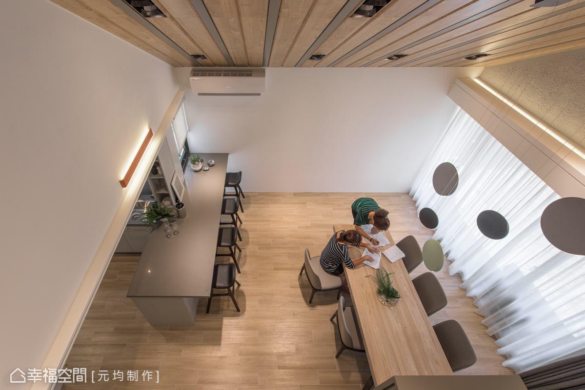 原始的樓中樓斜屋頂透過木皮噴漆及溝縫手法,順著斜屋頂做出順向效果,而溝縫造成的陰影也讓空間感覺更挑高。