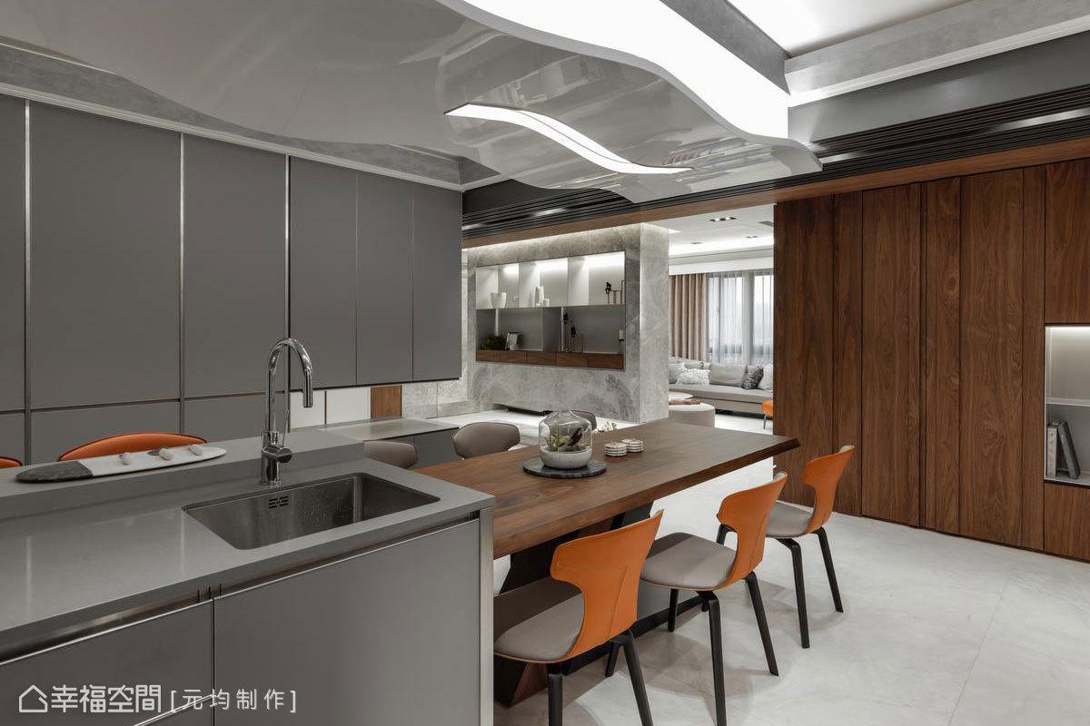 廚房天花板採立體波浪造型,虛化橫樑造成的高度落差;使用跟琴烤漆材質增加反射提升亮度,創造出湖水波光粼粼的視覺效果。