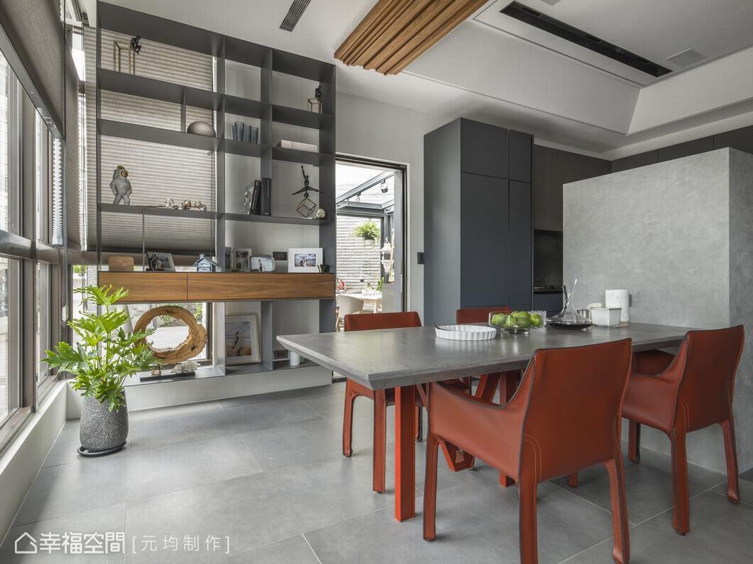 矮牆將廚房空間做隱約屏隔,拿捏空間互動與隱私的精準比例,鐵件簍空的分割櫃不只確保風光的穿透,同時兼具化煞和展示收納等功能。