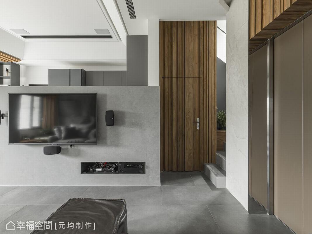公共空間以灰色階的設定做統一規劃,依據機能突出材質細緻本色,挑高廚房吊櫃拉長空間軸線,與防潮地磚隔空內斂呼應。