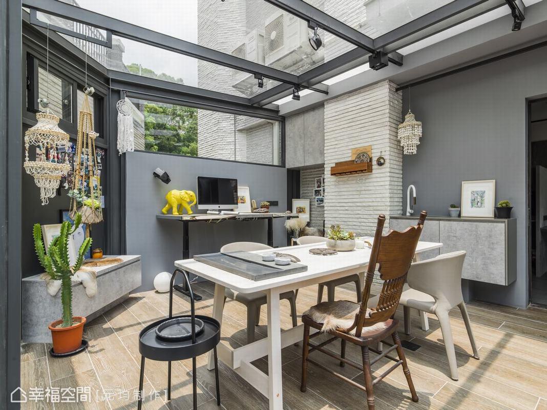 作為私人空間的陽光屋設置有升降型電腦桌與臥榻沙發,讓休閒與工作詩意並存,木紋磚地坪成功化解地氣潮濕問題,水槽的貼心設計更增加其便利性。