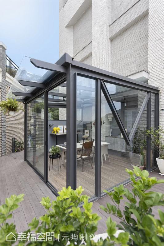 陽光屋玻璃上量身打造的M字鐵件標記刻劃出屋主獨家個性識別,牆面除了設置鋁板吸附磁鐵,也另開設一個通往院子的門片確保動線的暢達。