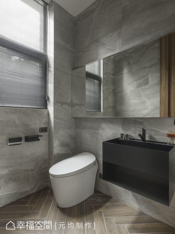 衛浴空間地板人字貼兼具美觀與洩水機能,不鏽鋼一體成形的洗手台加上烤漆質感處理,讓盥洗也成為時髦的日常享受。