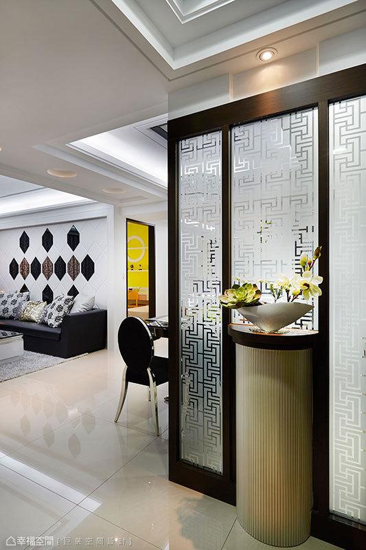 以中式窗櫺圖騰的穿透感屏風,分界出獨立玄關機能。