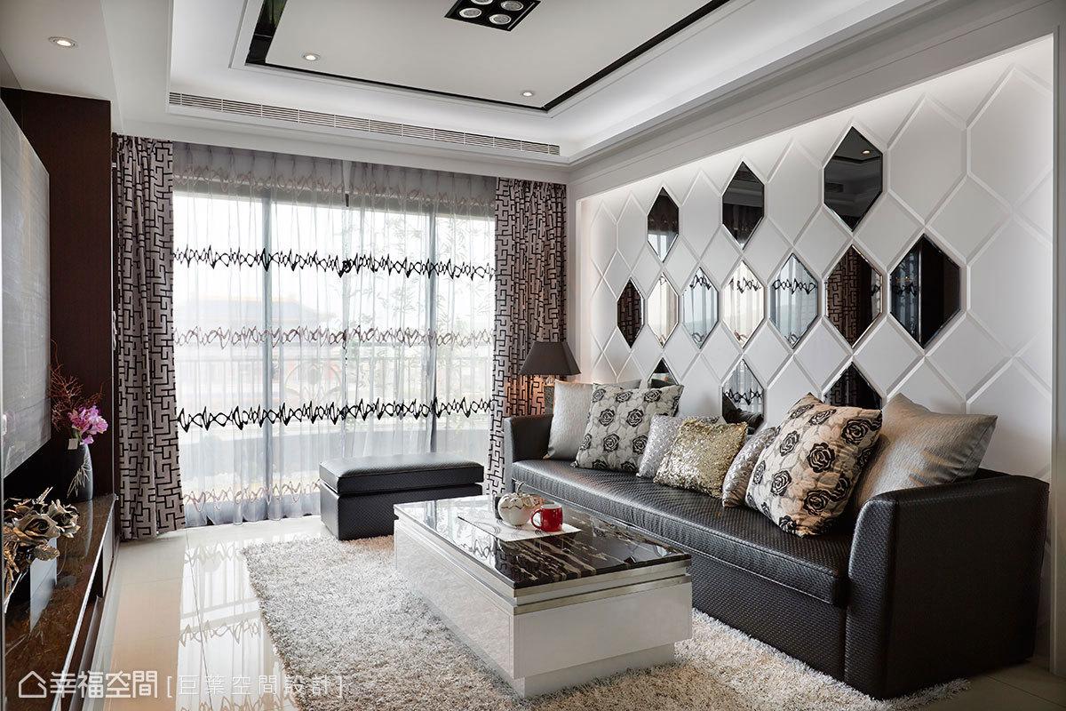 蜂巢線條切割的密集板線條,局部陣列茶鏡與黑鏡襯飾,輔以周遭燈箱映照,在木質沉穩中增添現代時尚感。