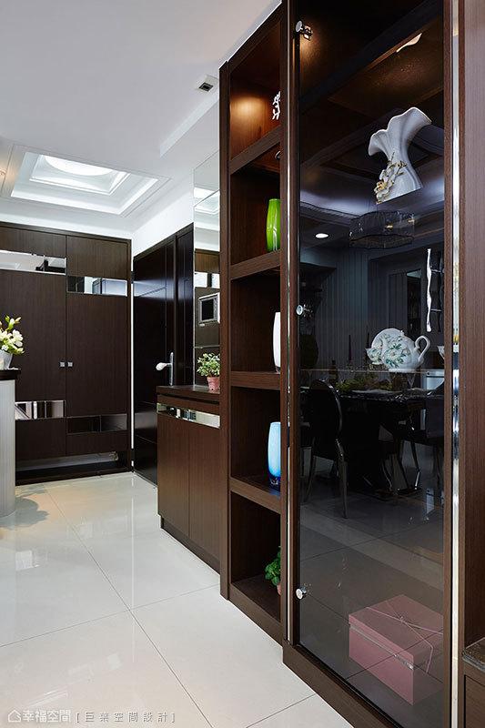 鏡面不鏽鋼與黑玻的櫃體組合,以現代時尚樣貌收藏展示珍貴藝品。