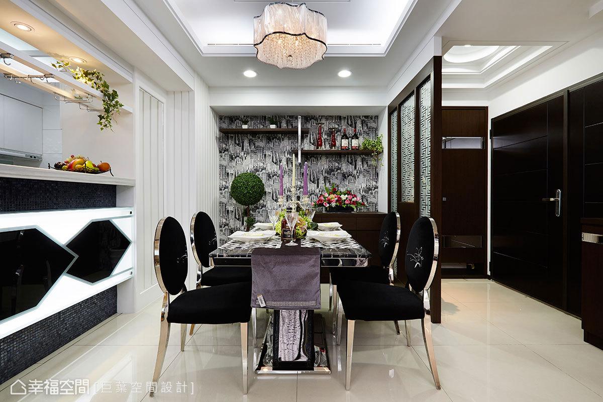 現代感壁紙結合木作、鏡面不鏽鋼層架,在新古典情懷的餐廳中,挹注現代設計元素。