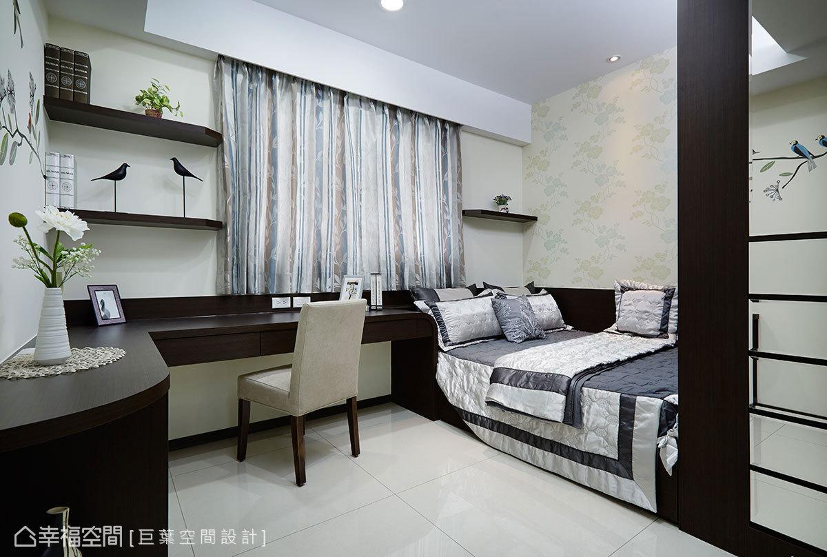 一體成形規劃的櫃體、書桌、床架,簡化空間線條,形塑簡約沉穩的臥眠氛圍。