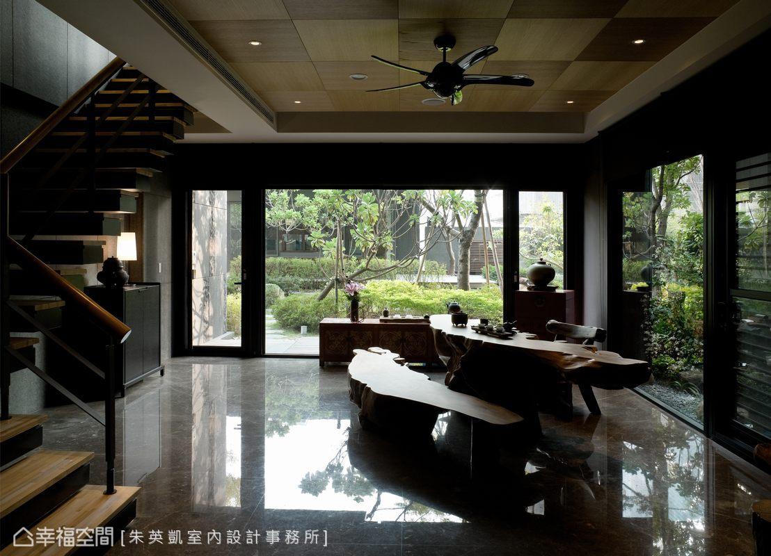 女屋主的品茗區,是自然與高度開透性的場域,原木桌椅的配置與鋼刷木皮的天花板,構織溫潤渾厚的氛圍。