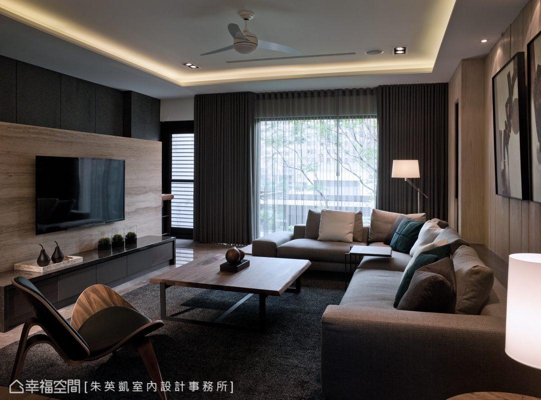 凝聚全家感情的客廳,以灰洞石作為電視短牆,並透過大面窗讓室內外相互融合。