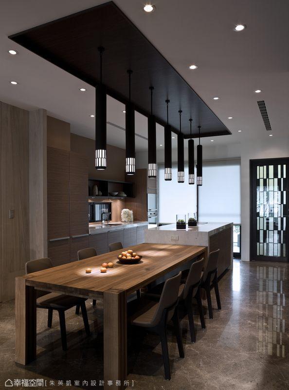 餐桌連結中島吧檯,並購置為同一軸線,讓行走動線更加流暢,也讓視覺穿透無礙、景深延伸。
