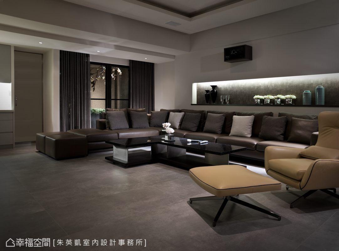 設計師替喜愛歌唱的屋主砌出KTV視聽室,並選購L型的皮革長沙發與專業的隔音設備。