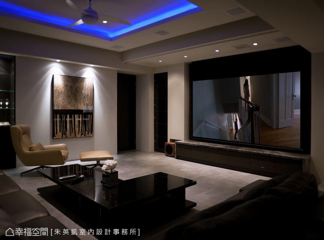 KTV視聽室也特別重視燈光的效果,讓全家都能在此共度歡唱的時光。