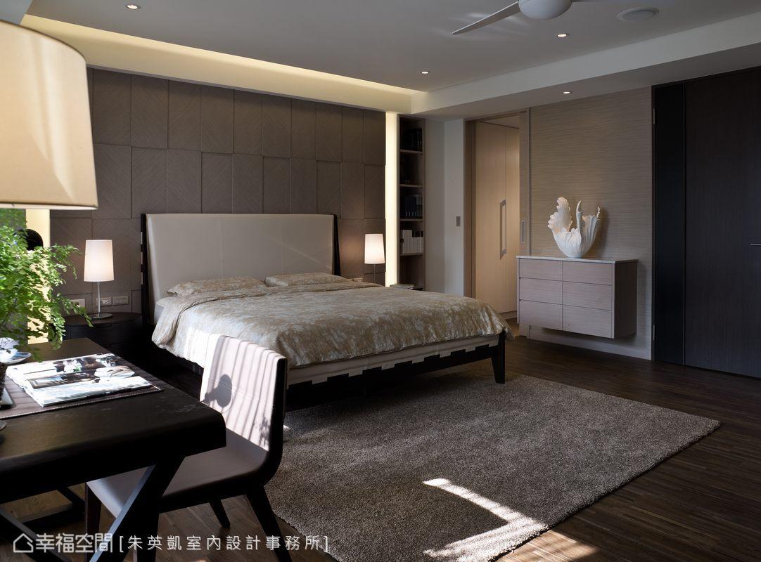 明亮的主臥房採光性極佳,床頭背牆以秋香木斜木紋拼花來呈現典雅細膩。