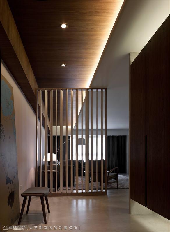 由活動百葉構成趣味橫生的光氛變化,配合天際線光帶貫穿形成空間尺度上的延展效果。