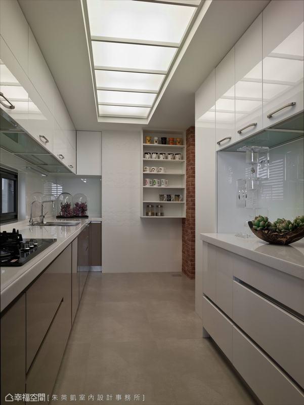 分序安排的機能段落,將烹調過程一一俐落收整。均勻布局的流明燈箱,提供了明亮舒適的廚事環境。