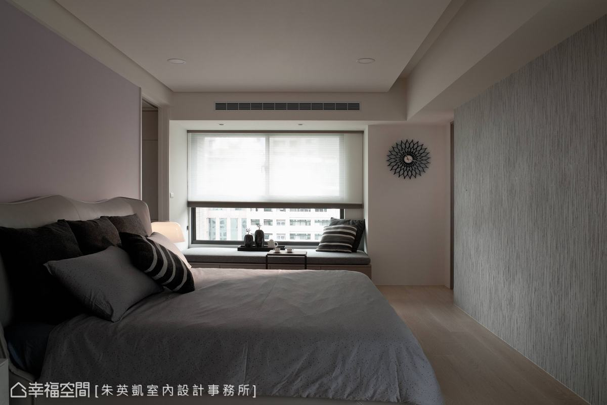 結合窗邊臥榻及足量收納的雙重彈性,讓淨透光感逐一漫入居所生活。