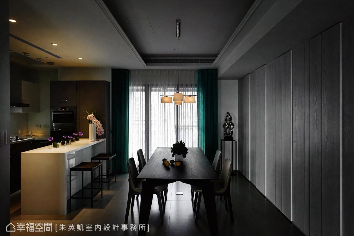 自然光透過白、藍綠色系的窗簾,篩出柔美的光感,形塑靜謐的居家氛圍。