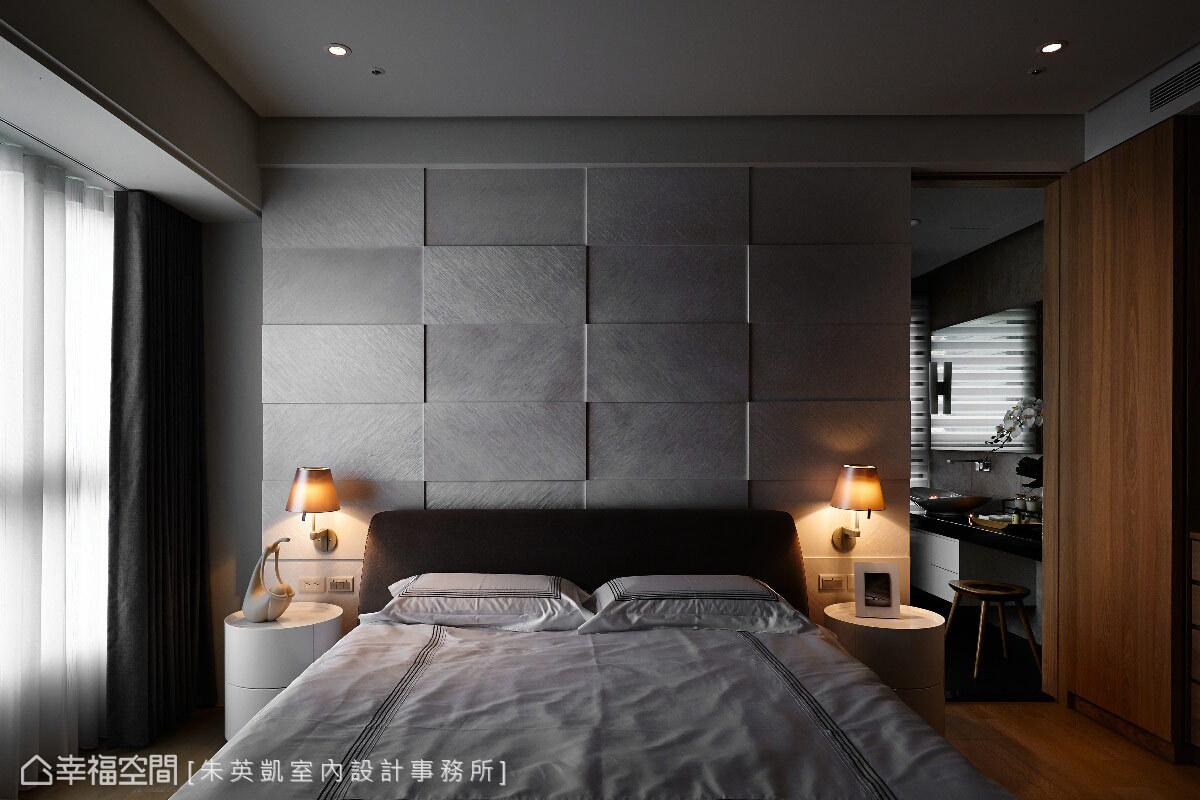 床頭牆走以白色調,斜紋木皮染珍珠漆的方式完成拼花造型,且散發時尚般的迷人光澤。