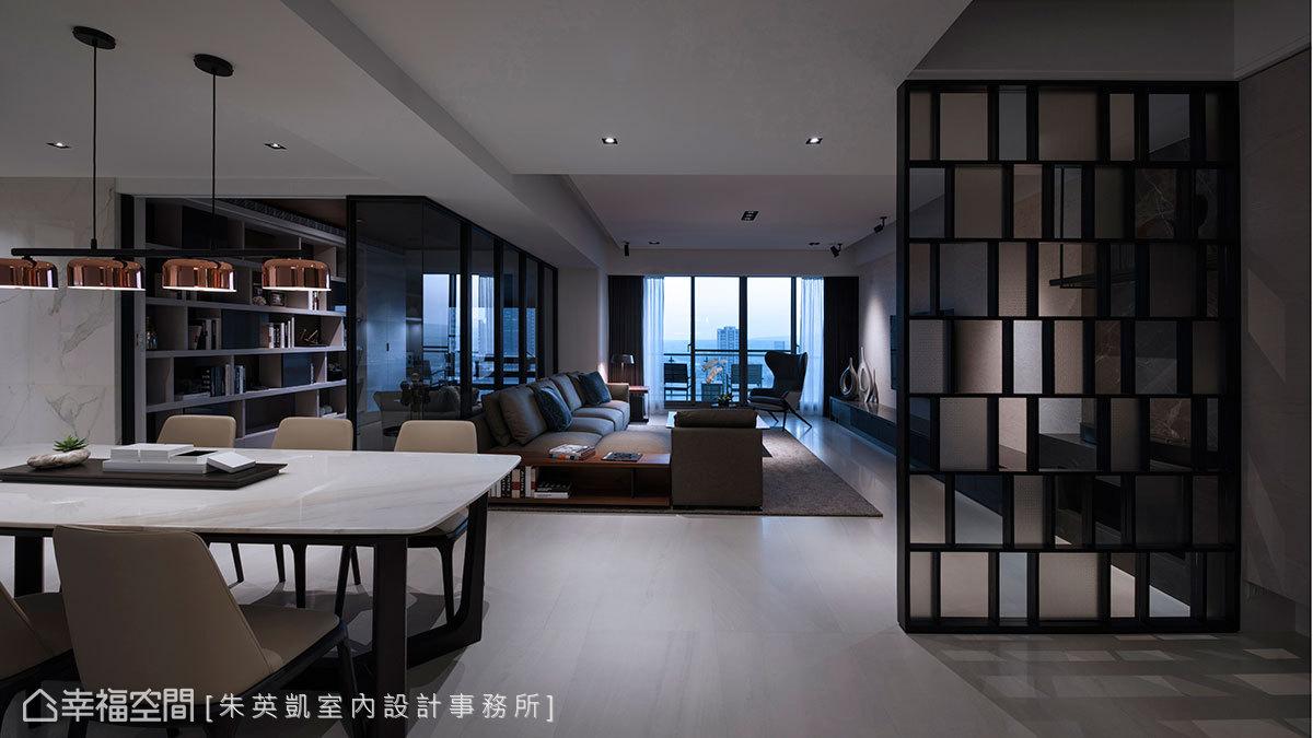 以鐵件結合跳色玻璃打造隔屏造型,混和灰玻、茶玻、霧玻璃三種媒材,帶來隱約遮蔽效果。