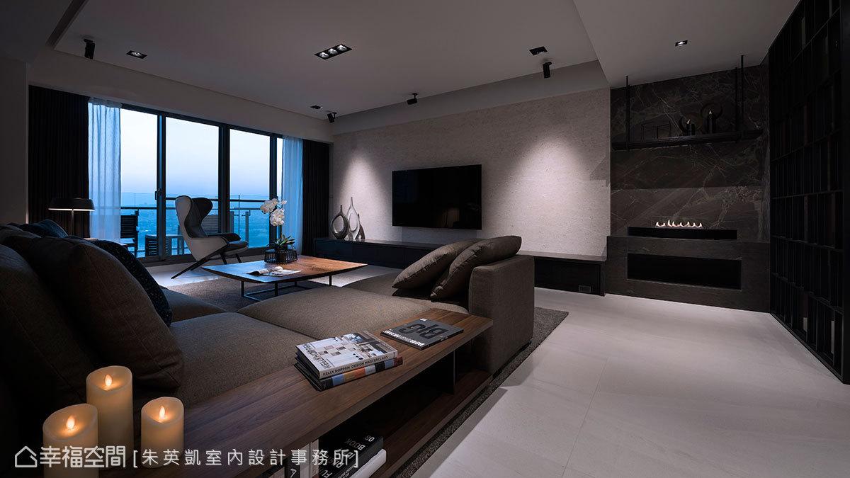 使用珊瑚洞石大理石打造電視牆,創造出視覺焦點,活動式壁爐背牆則改採用深咖啡石材,與玄關隔屏達到視覺呼應的效果。