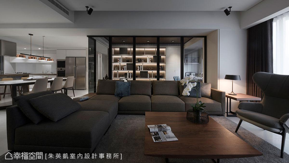 以鐵件玻璃隔屏形成連續性視覺,吸引觀者視線停留於遠端牆面,書房展示櫃頓時成為端景,與舒適的沙發軟件創造出景深層次。