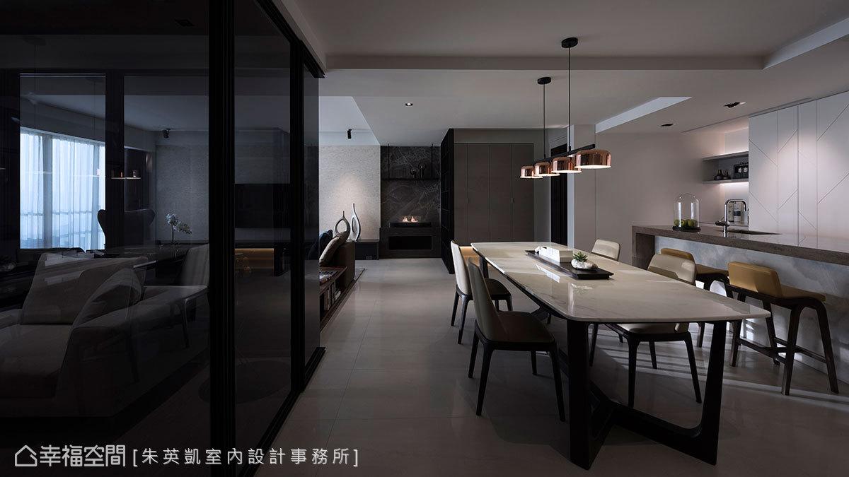 書房和中島之間,擺放一張大型餐桌立現餐廳區塊,藉由家具做為場域界定,安排出流暢不受拘束的生活動線。