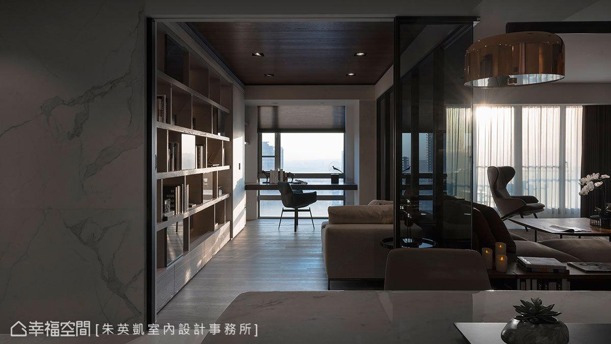 刻意將書桌安排在臨窗處,窗外大面綠意景觀一覽無遺,入口牆面使用進口薄磚點綴,讓空間視覺得以連貫延續。