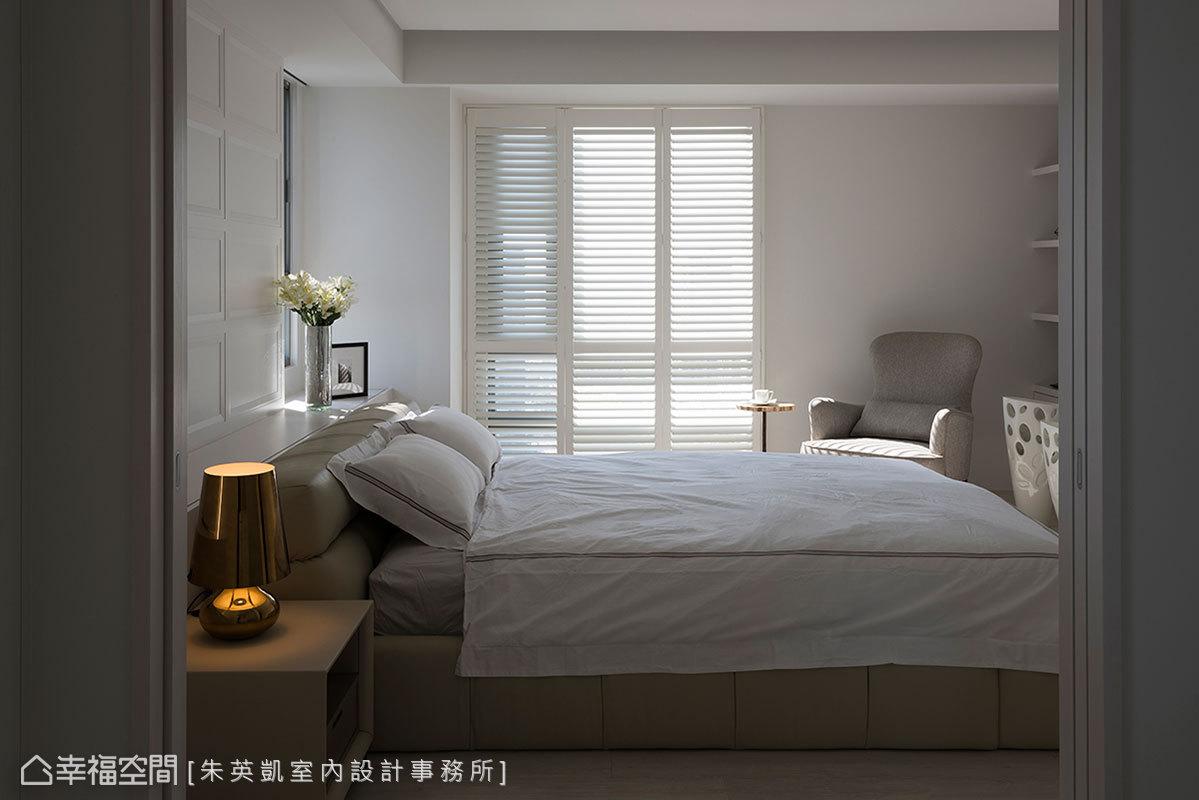 天壁立面運用純白色鋪陳乾淨簡約感,搭配白色木百葉篩落自然光線,營造柔和零負擔的開闊視野,以滿足女主人的風格喜好。