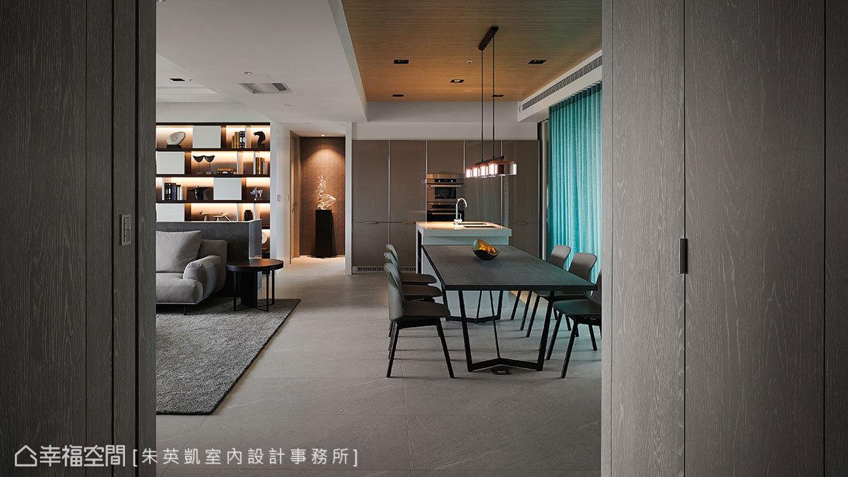 玄關入室後餐廳成為入門第一視覺,降低天花板高度淡化H型鋼樑形成的壓迫感;通往私領域走道設置一道端景牆增加景深,吸引觀者視線停留於遠端牆面。