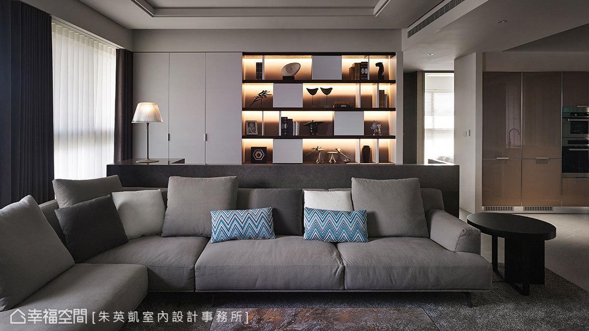 半高大理石沙發牆形成通透設計,避免阻礙光線和視線延伸,也創造出以沙發為中心循環的回字動線。