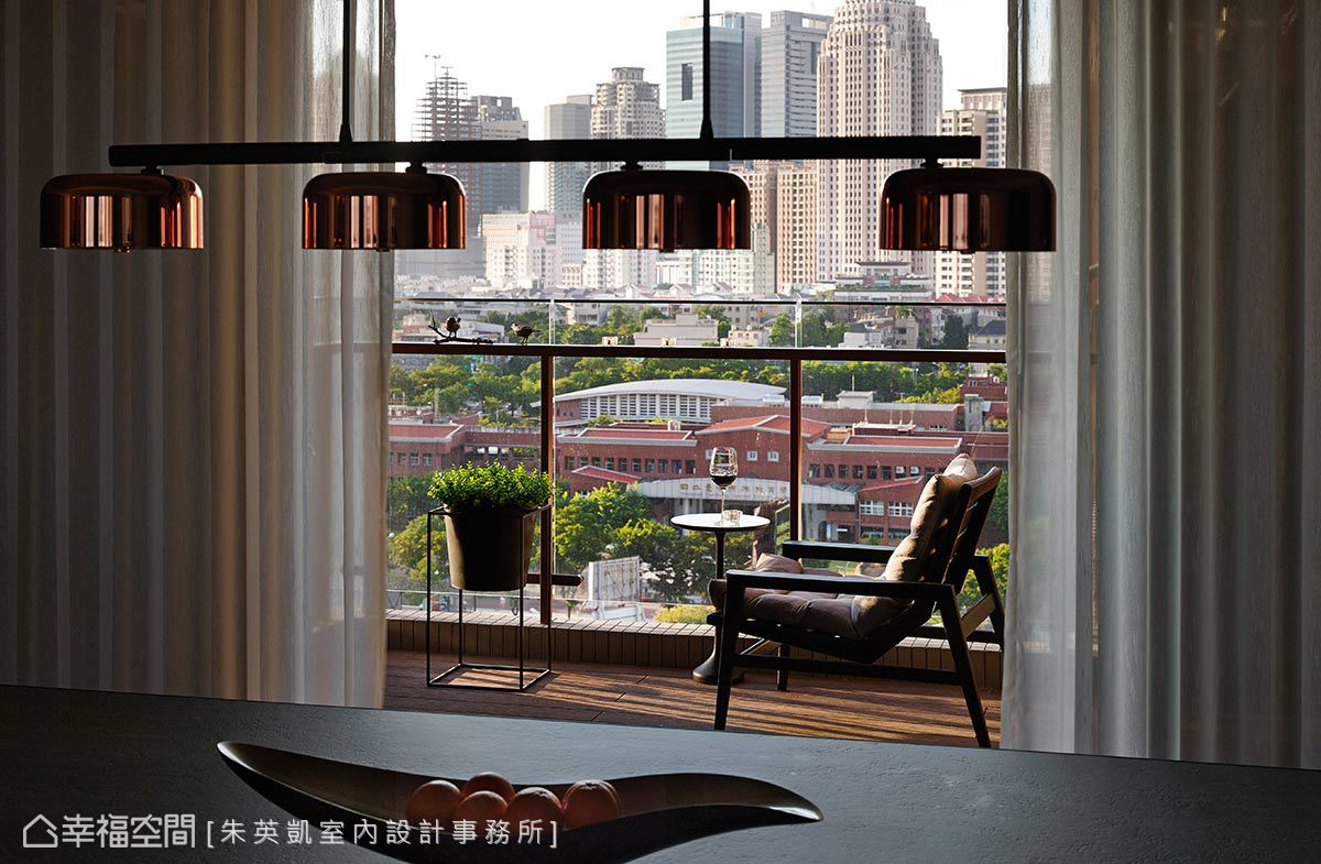 推開客廳落地窗即通往陽台,簡單擺放一張單人扶手椅和邊几,可一邊悠閒品酩一邊欣賞城市景致。