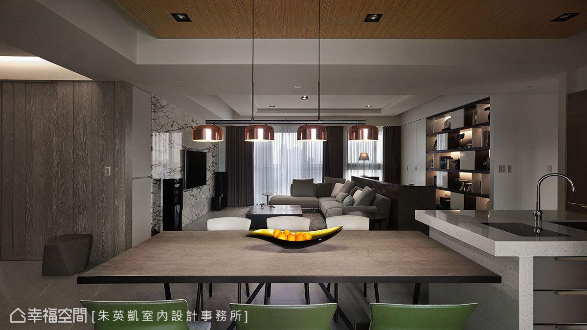 採開放式格局規劃串連場域,形成客餐合一的配置設計,當窗紗完全展開即擁有絕美視野。