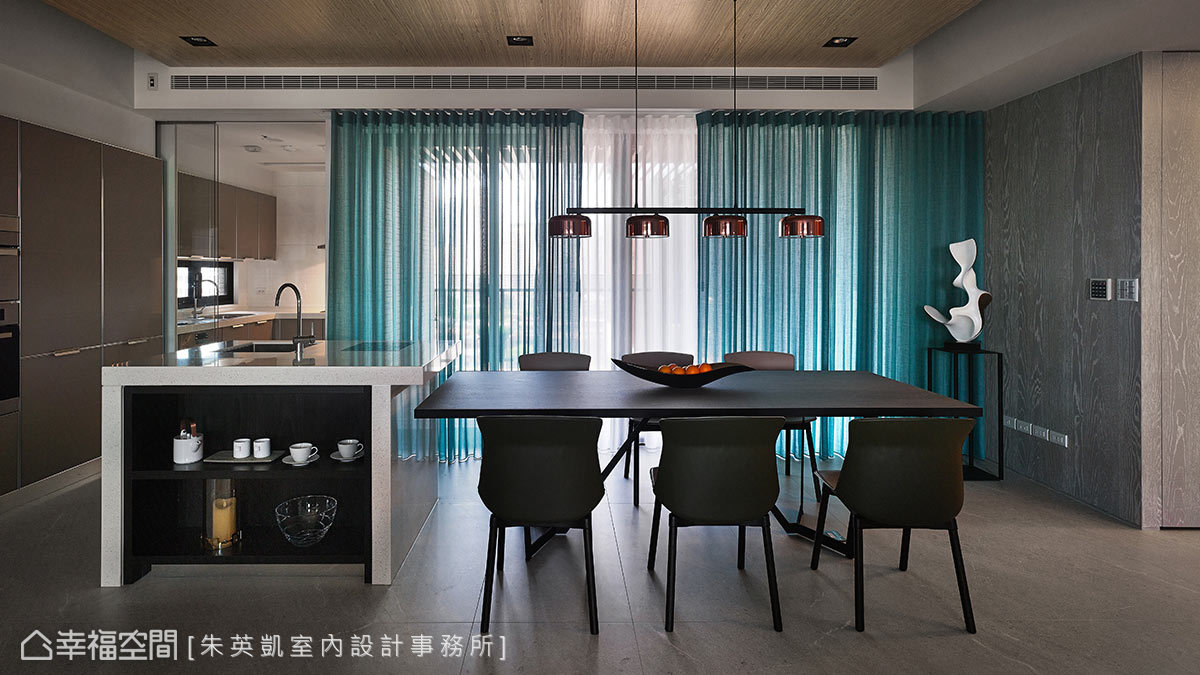 以Tiffany藍窗簾遮蔽品茗區陽台的光線,也營造出不同的氛圍情調;通往廚房快炒區的入口設置玻璃自動門,手端碗盤也能方便進出廚房。