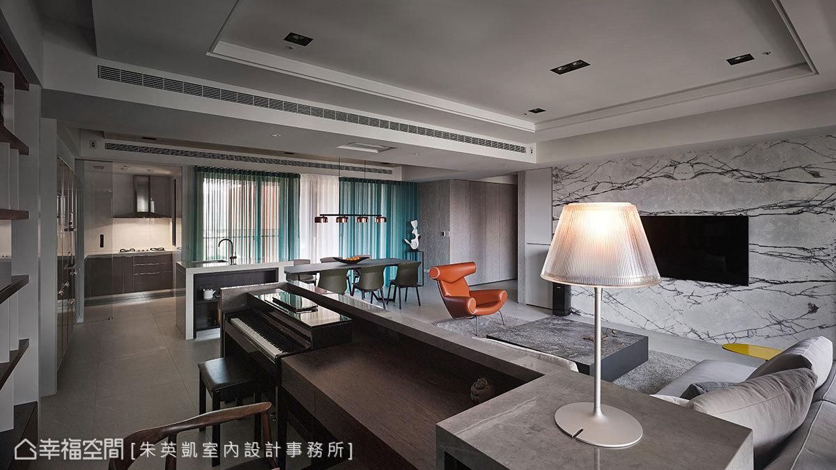 將一間次臥空間打開,規劃成明亮開放的書房區,書桌旁擺放屋主女兒的鋼琴變成琴房使用。