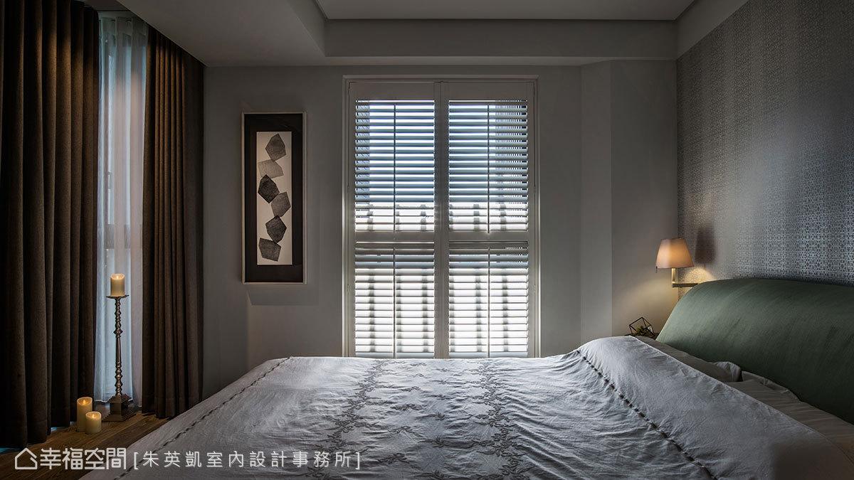 以木百葉解決西曬問題,篩落的一道道光束,不偏不倚灑落於鋪貼壁紙的床頭牆上,讓表面散發出珍珠般光澤。