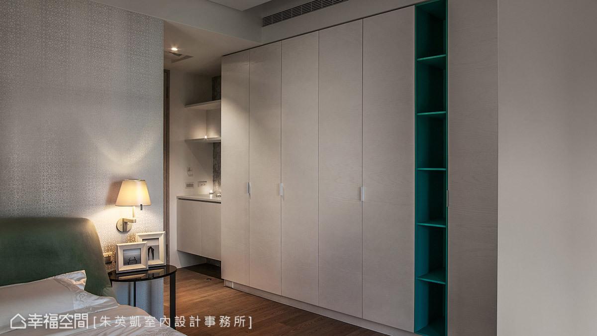 臥室入口沿牆面規劃收納藏物空間,門片使用珍珠漆呈現出白色立體紋理,展示櫃使用Tiffany藍做跳色,讓櫃體更顯活潑輕盈。